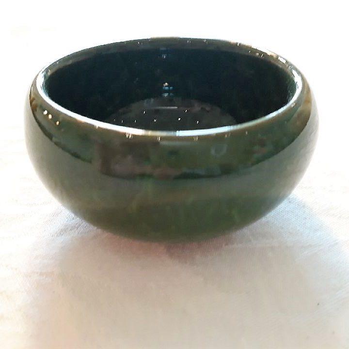 Grøn lille keramikskål med krakeleret glasur. - Forn Sidr