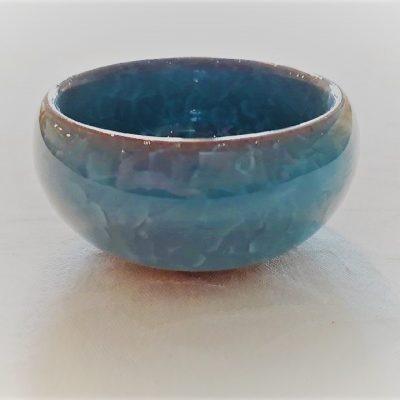 Lyseblå lille keramikskål med krakeleret glasur. - Forn Sidr